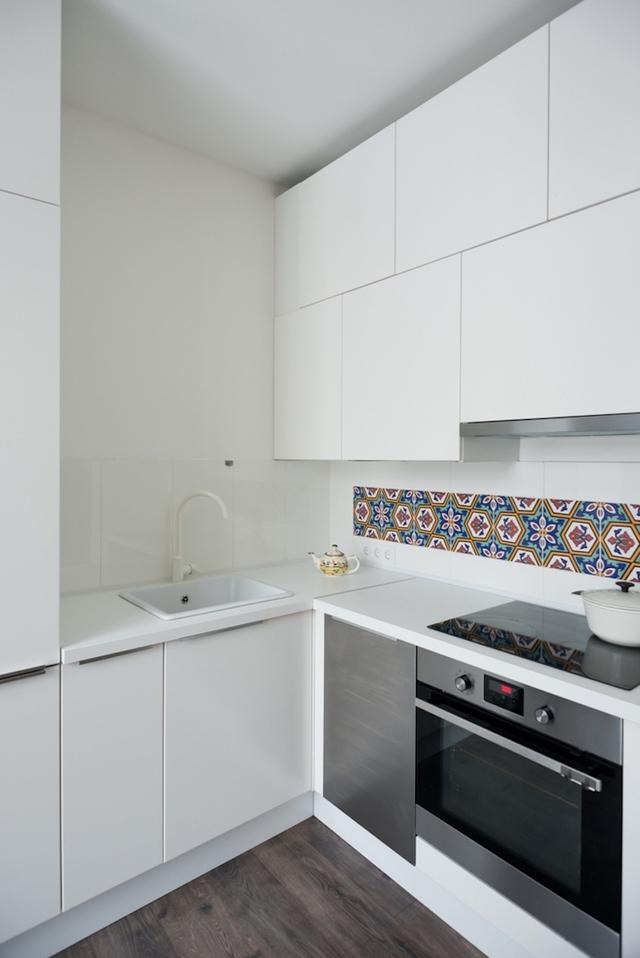 Góc bếp ăn tuy nhỏ nhưng thoáng sáng với nội thất mang tông màu trắng.