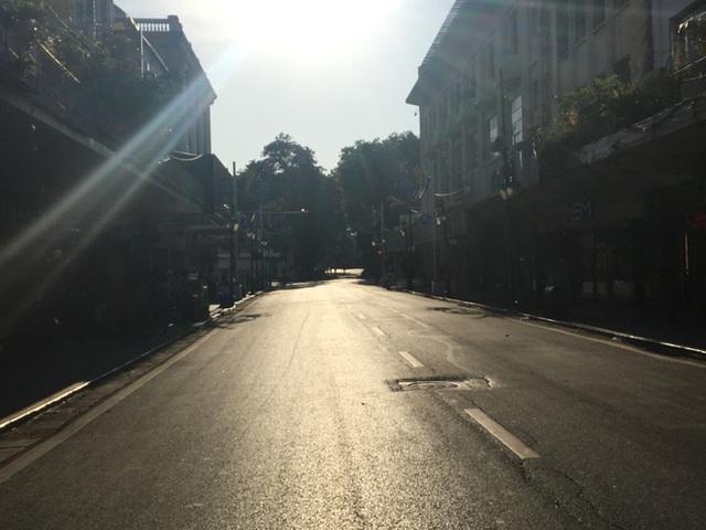 Đường phố vắng tanh như ngày Tết tại Hà Nội.