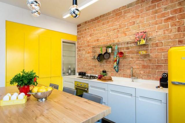 Không gian nơi này được chủ nhà dành sự quan tâm đặc biệt. Từng chi tiết nhỏ cho đến bức tường thô cùng màu sắc trong gian bếp đều rất bắt mắt.