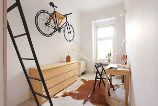 Chiếc xe đạp – phương tiện đi lại của chủ nhà được dành riêng một không gian đặc biệt treo gọn gàng, lơ lửng trên bức tường nhà.