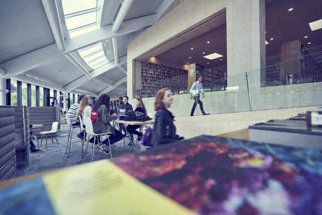 Thư viện trường cung cấp sách với trên 20 ngôn ngữ.