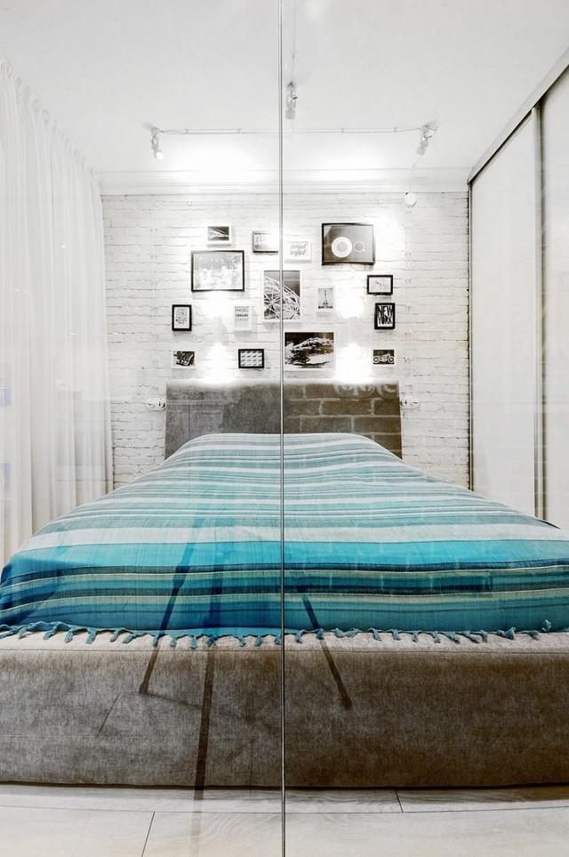 Phòng ngủ ấn tượng có bức tường gạch thô sơn trắng. Dù không lớn nhưng nó hoàn toàn bảo đảm không gian nghỉ ngơi tha hồ cho chủ nhà.