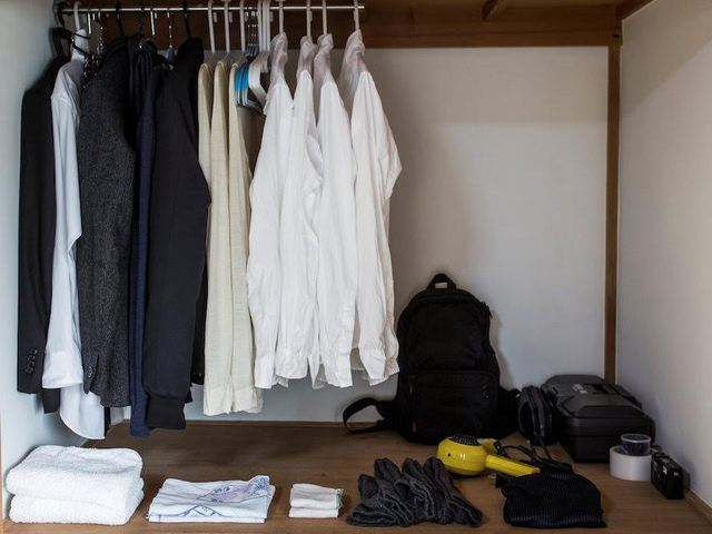 Hình ảnh đối lập với tủ quần áo trong nhà bạn?