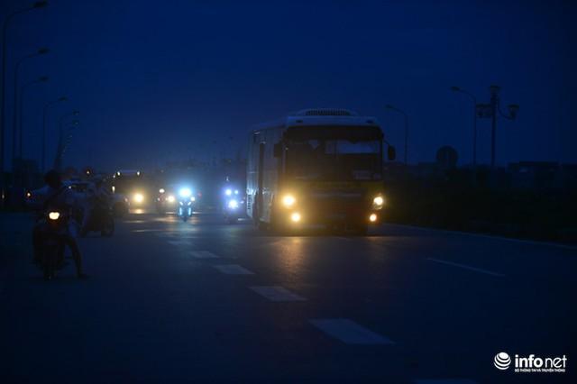 Không có đèn đường, các phương giao thông qua đây sử dụng ánh sáng đèn xe và luôn bấm còi inh ỏi để báo hiệu.