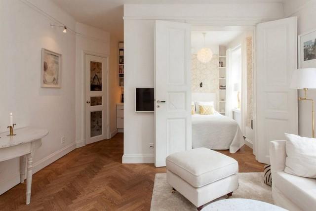 Khu vực rộng thoáng nhất được chủ nhà ưu tiên bố trí phòng khách. Căn phòng tuy nhỏ nhưng có khá nhiều công năng sử dụng. Không gian vừa là nơi tiếp khách, sinh hoạt chung cho cả gia đình, vừa là nơi nghỉ ngơi khi cần thiết.