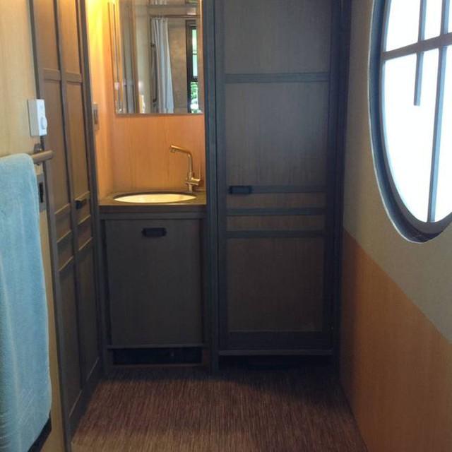 Cạnh bếp là khu vực vệ sinh và nhà tắm. Nơi đây tuy nhỏ nhưng rất thoáng sáng và sạch sẽ nhờ ô cửa sổ lớn.
