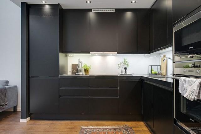 Khu bếp ăn tông màu đen nổi bật và đối lập hoàn toàn với gam màu trắng bao phủ phần lớn diện tích ngôi nhà.