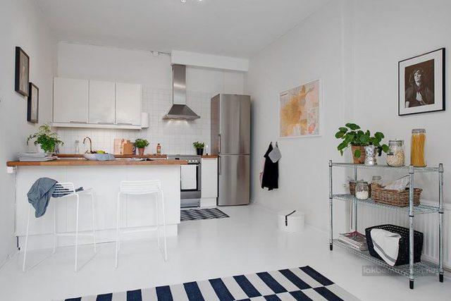 Vẫn là màu trắng đó bạn sẽ bắt gặp ở không gian nhà bếp với kệ bếp, tủ bếp đều mang tông màu trắng tạo sự đồng nhất xuyên suốt không gian.