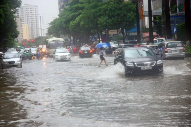 Trên Phố Duy Tân, hoạt động đi lại của người dân cũng gặp nhiều khó khăn.