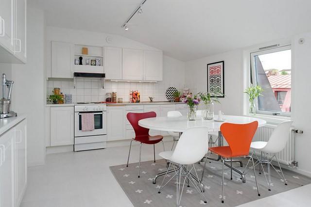 Không gian bếp ăn tuy nhỏ nhưng được thiết kế khá gọn gàng, sạch sẽ và ngăn nắp với hệ tủ kệ khép kín nhiều ngăn.