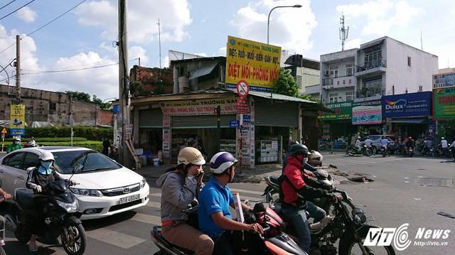 Chủ nhân căn nhà nằm trên giao lộ vẫn kinh doanh bình thường.