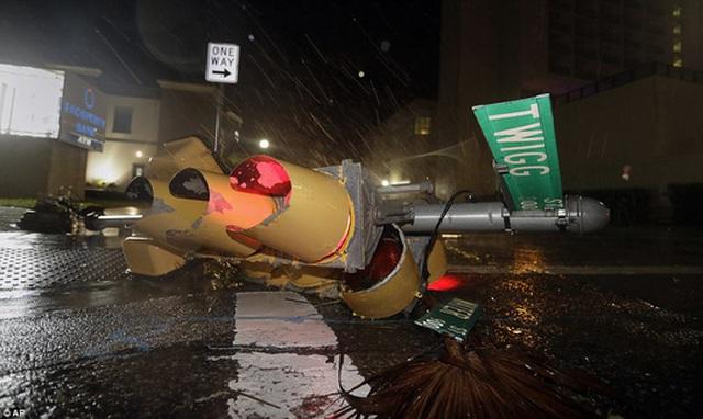 Cột đèn giao thông bị bão quật ngã tại TP Corpus Christi. Ảnh: AP