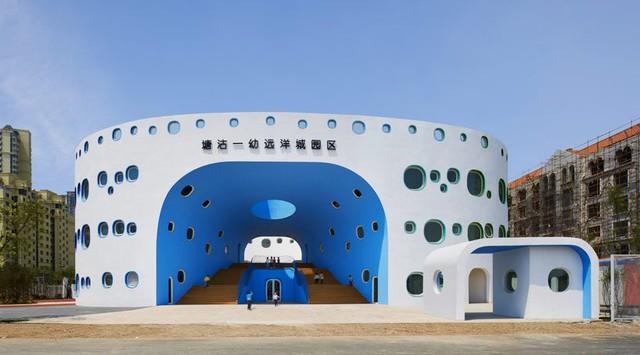 Nằm tại Thiên Tân (Trung Quốc), Trường mầm non Loop Kindergarten thiết kế với ý tưởng những quả bong bóng bay lớn nhỏ vô cùng thú vị.