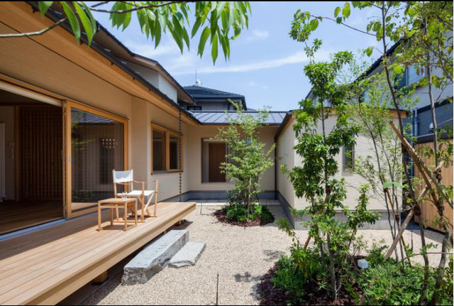 Ngay bên ngoài là một hiên nhà được làm bằng gỗ - một không gian thư giãn ngoài trời lý tưởng để ngắm cây xanh và hít thở khí trời.