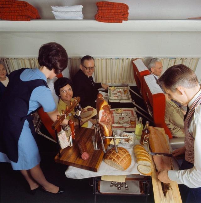Nếu bạn cảm thấy bữa ăn này vẫn còn chưa đủ độ sang chảnh thì máy bay còn phục vụ cả món… cá hồi tươi. Tất nhiên là cũng phục vụ chế biến trực tiếp trước mặt hành khách luôn…