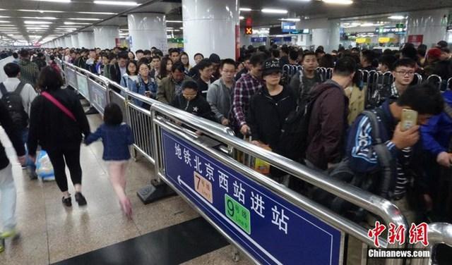 Còn đây là dòng người hối hả sau khi rời Ga Bắc Kinh. (Nguồn: ChinaNews)