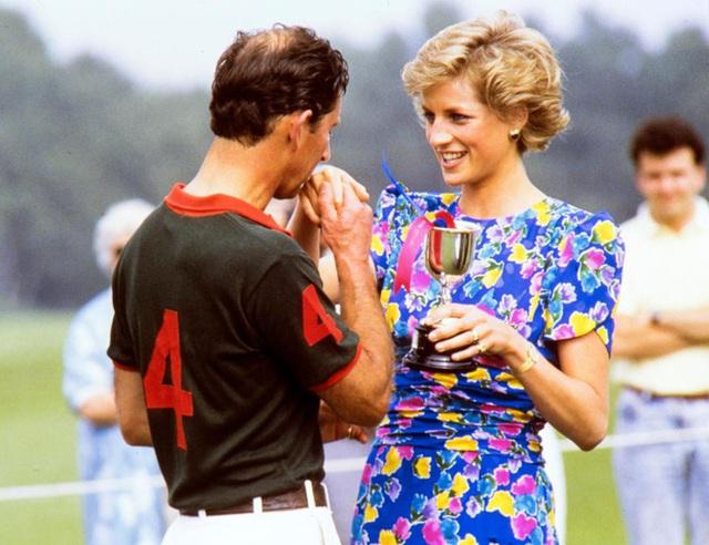 Một khoảnh khắc hiếm hoi Thái tử Charles thể hiện tình cảm với vợ Diana.