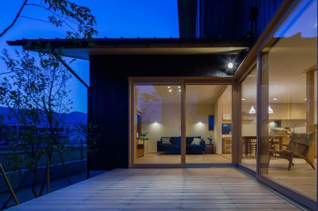 Cũng nhờ kiến trúc đặc thù này mà ngồi nội khu nhà chủ nhà cũng có thể cảm nhận được từng sự nhữngh tân nhỏ của thời tiết ngoại khu.
