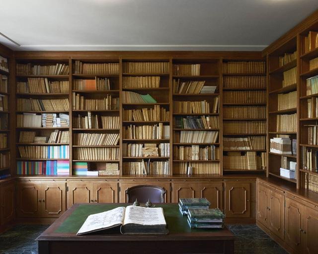 Thư viện quý giá với hơn 3.000 cuốn sách. Ảnh: Ambroise Tezenas.