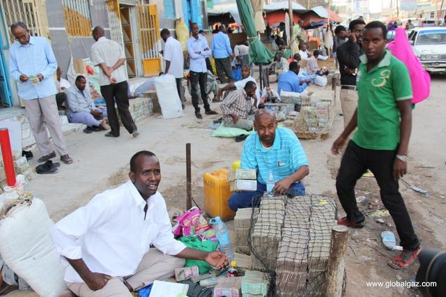 Hầu hết du khách đến Somaliland đều ghé qua khu chợ trung tâm Hargeisa để mua vài bó tiền về làm quà lưu niệm.