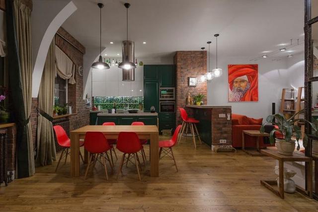 Cạnh phòng khách là khu vực bếp và bàn ăn rộng.