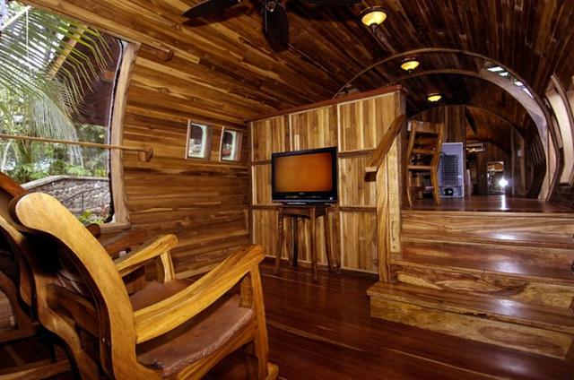Trong ngôi nhà còn rất nhiều cửa sổ lớn nhỏ giúp ánh sáng và không khí mát mẻ có thể tràn vào nhà.