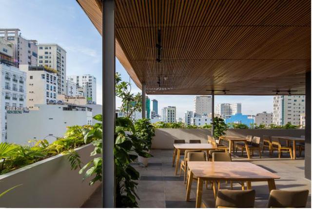 Khách biệt hoàn toàn với những công trình bên cạnh thiếu cây xanh, khách sạn này hiện diện như một khu vườn treo tuyệt đẹp đúng y như tên gọi của nó.