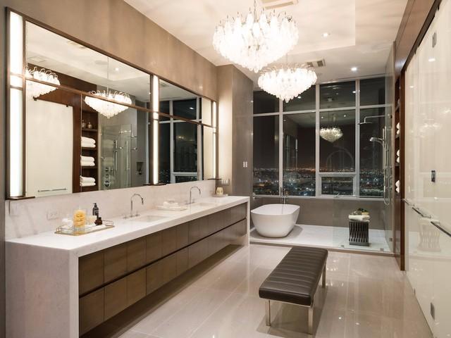 Một trong số 10 phòng tắm trong căn hộ được thiết kế sang trọng với tầm nhìn toàn cảnh thành phố.