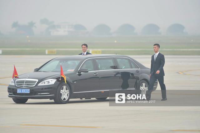 Hai cận vệ Trung Nam Hải luôn hộ vệ bên cạnh xe ông Tập Cận Bình trước khi đoàn xe khởi hành rời sân bay