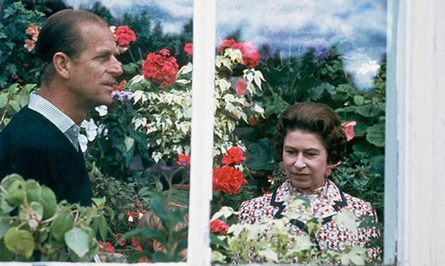 Nữ hoàng Elizabeth và Hoàng thân Philip tới thăm một ngôi nhà kính tại điền trang Balmoral, Scotland.
