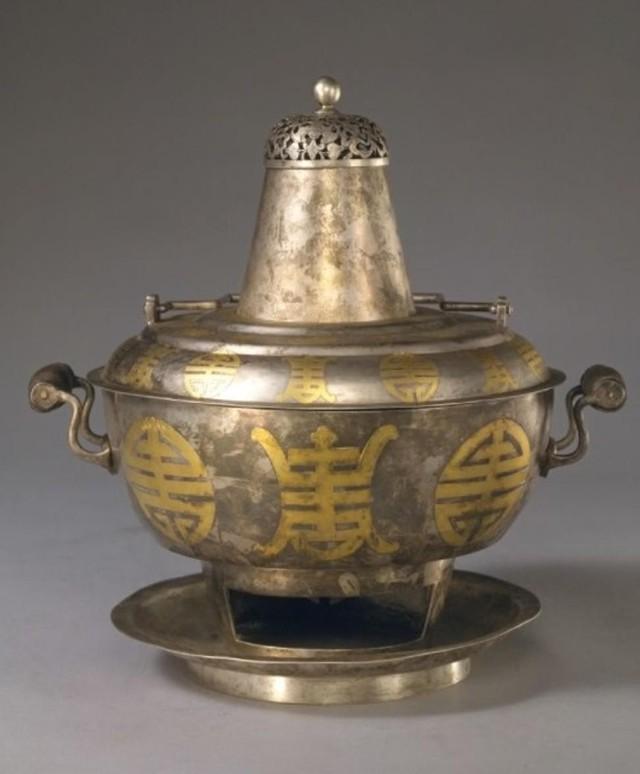 Thái Hậu rất thích ăn lẩu. Các nồi lẩu trong cung thường được làm bằng gốm sứ, bạc, bạc mạ vàng hoặc men.