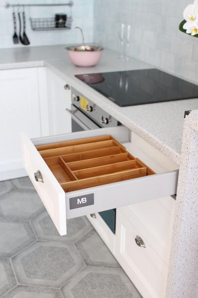 Dưới gầm tủ là 1 vài kệ để đồ dụng nhà bếp dễ dàng và được phân chia khoa học.