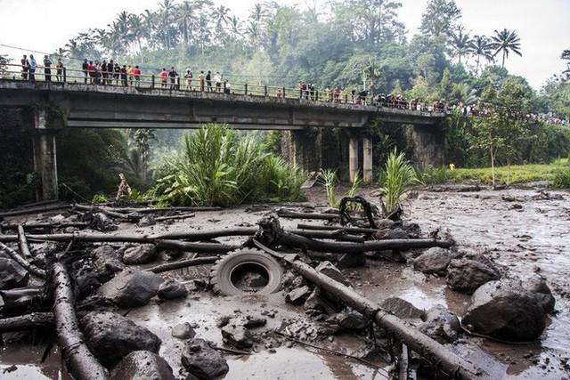 Dòng bùn nóng nhuộm đen đoạn sông Yeh Sah. Ảnh: Solo Imaji/Barcroft Media via Getty Images