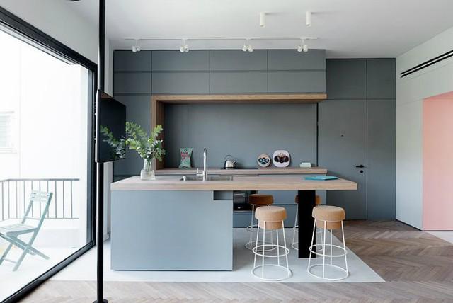 '' Điểm ấn tượng đặc biệt trong ngôi nhà này đó là chiếc ti vi được gắn vào một cây cột nhỏ có thể quay 360 độ giúp chủ nhà có thể thưởng thức những chương trình truyền hình yêu thích ở bất cứ nơi đâu trong nhà. ''