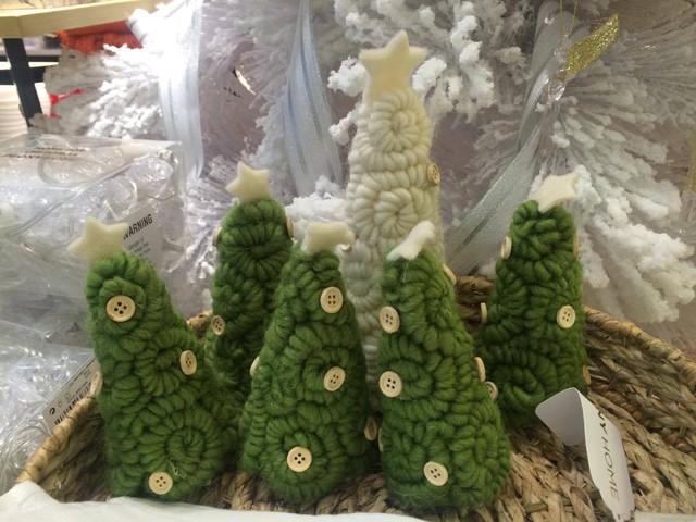 Những cây thông Noel màu xanh bằng len nhỏ xíu có giá 315.00 đồng/cây.