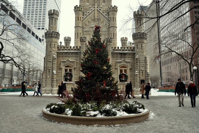 Cây thông Giáng sinh nhỏ nhắn được đặt trước tháp nước Chicago - một trong những công trình nguyên bản hiếm hoi còn tồn tại ở thành phố này sau vụ đại hỏa hoạn năm 1871.