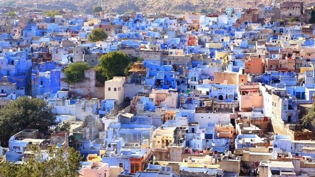 Jodhpur, Ấn Độ, hầu hết các tòa nhà và mái nhà có màu xanh sáng. Khi nhìn từ phía trên, người ta có thể thấy một màu xanh của biển.