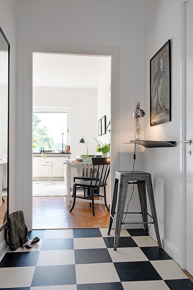 Bước qua lối vào là cả một không gian rộng thoáng với toàn bộ các khu vực chức năng bao gồm: không gian tiếp khách, giường ngủ, bếp và bàn ăn tuyệt đẹp.