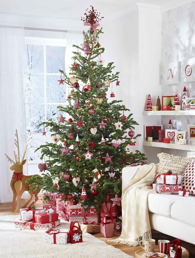 Một phòng khách đẹp lung linh với cây thông lớn, những gói quà và chú Tuần lộc.