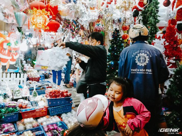 Em bé tung tuyệt chiêu làm nũng để được mua quà.