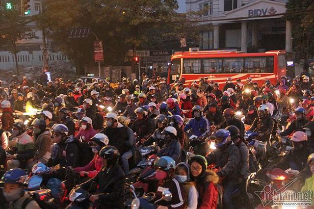 Một cảnh sát giao thông cho biết riêng với ngã tư Giải Phóng - Nguyễn Hữu Thọ đã phải huy động đến sự hỗ trợ của CSGT, thanh tra GT, Công an phường, tổng cộng 9 người để phân luồng. Ảnh: Trần Thường