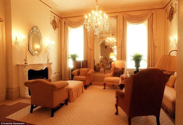 Một căn phòng trong biệt thự của ông hoàng rạp phim Trung Quốc còn được dành riêng để vẽ tranh.