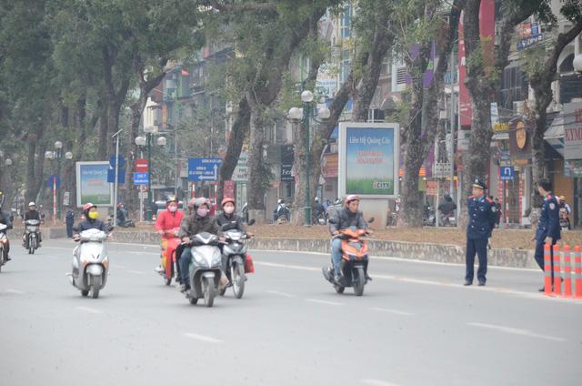 Lực lượng thanh tra giao thông có mặt để nhắc nhở, hướng dẫn các phương tiện.