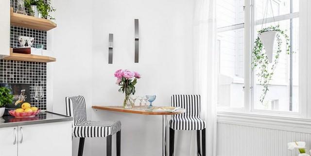 Bên cạnh là một chiếc bàn ăn không chân được gắn cố định vào tường cùng hai chiếc ghế cách điệu. Một sự lựa chọn tuyệt vời cho không gian nhỏ.