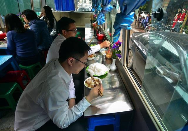 Hành khách hào hứng thưởng thức trải nghiệm ăn uống trên ô tô