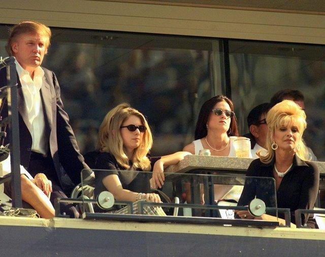 Donald Trump (trái), con gái Ivanka (giữa) và vợ cũ Ivana tại trận tứ kết giải quần vợt Mỹ mở rộng tại New York vào 6/9/1997. Ảnh: AP.