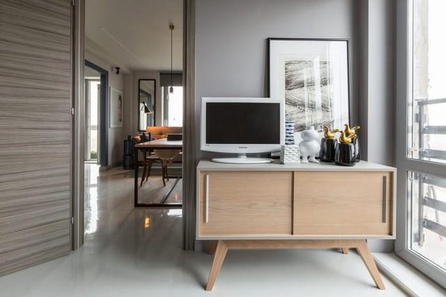 Chiếc tủ chè nhỏ được thiết kế với 4 chân cao đặc trưng của kiến trúc xưa là nơi đặt tivi trong phòng khách.