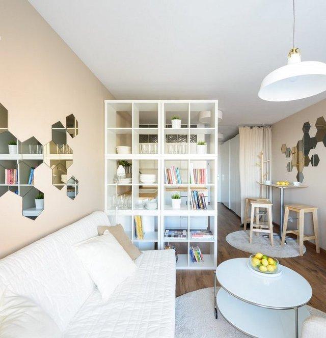 Phòng khách tuyệt đẹp được chủ nhà trang trí cầu kỳ với những chiếc gương nhỏ hình lục giác được treo theo ý đồ của gia chủ.