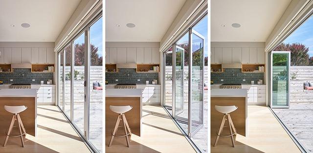 Những cánh cửa kính gấp giúp mở rộng tối đa tầm nhìn ra khu vườn xinh xắn.