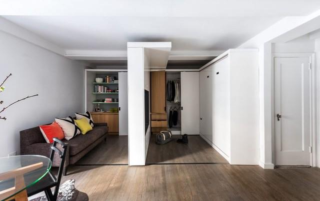 Phòng khách được trang bị ghế sofa dài sát tường gọn gàng, những chiếc gối ôm nhiều màu sắc là điểm nhấn bắt mắt cho góc nhỏ này.